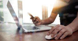 üzletember email marketing kampányt ellenőriz