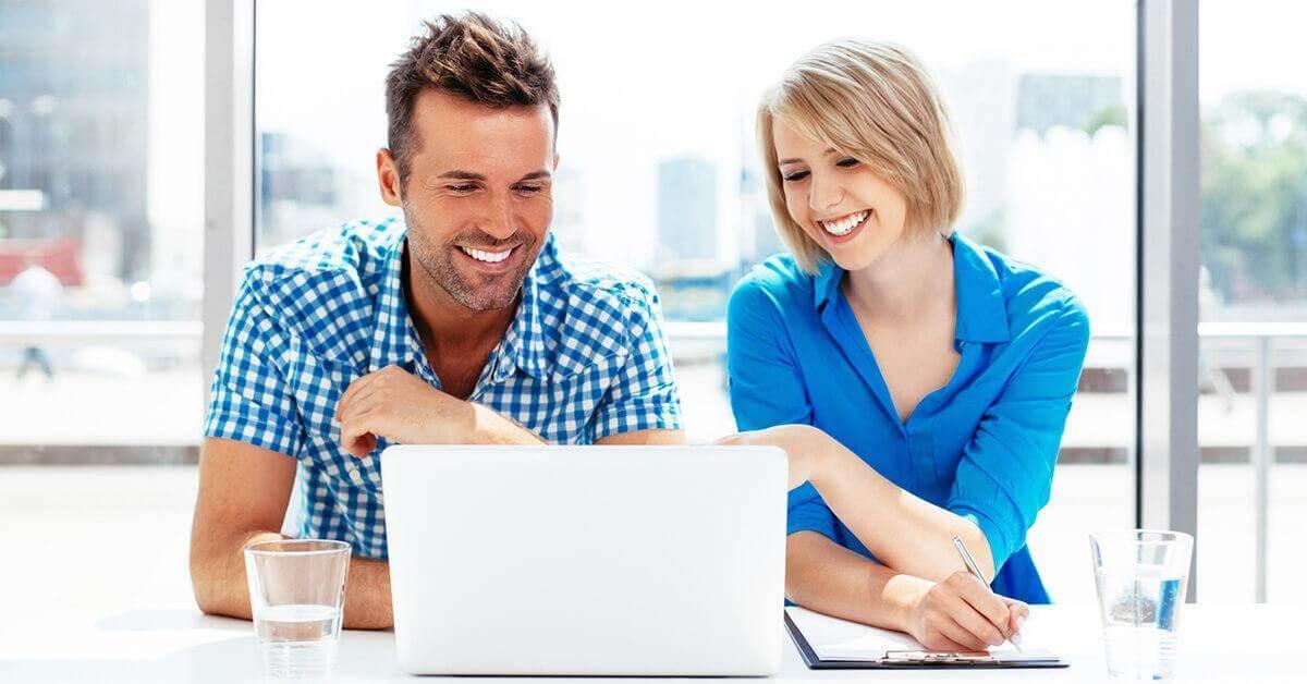 marketing oktatás egy laptop előtt