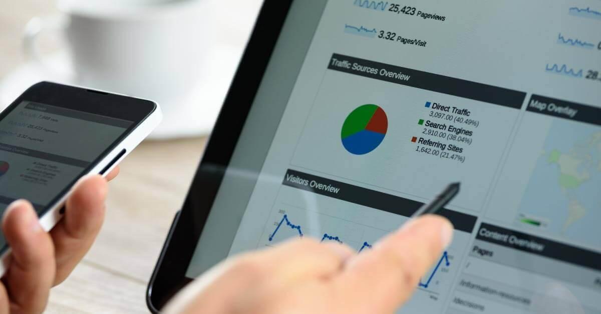 google hirdetés és analitika screenshot egy tollat tartó kézzel
