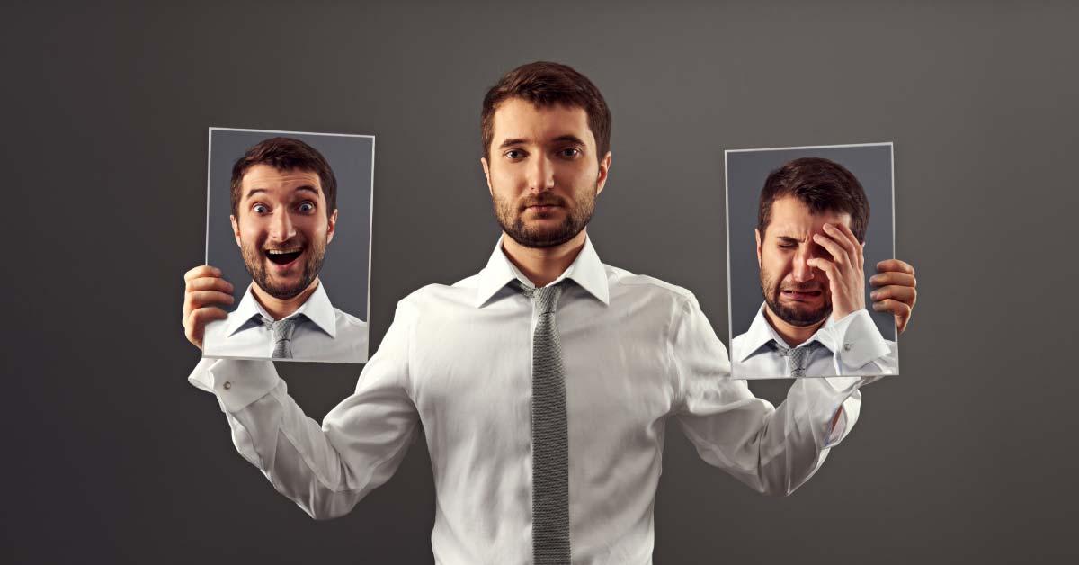 üzleti pszichológia cover, ahol egy ember két arcát tartja fényképen - egy szomorút és egy vidámat
