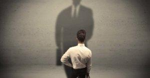 reklámpszichológia szemléltetése egy a fal felé forduló tanácstalan üzletemberrel