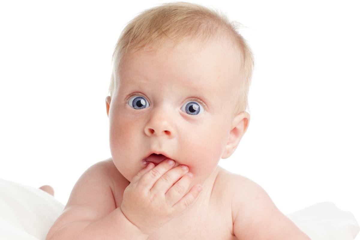 b2b marketing stratégia hülyeségére rácsodálkozó nagy, kék szemű csecsemő