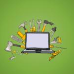 onlinne marketing eszközök cover szerszámokkal és egy laptoppal