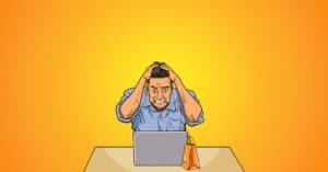 A képen egy férfi látható, amint számítógépe fölött ülve bosszankodik a Facebook ecommerce hirdetéseken.
